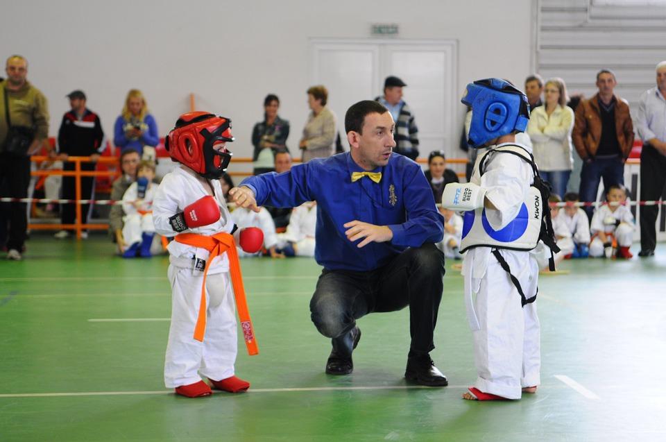 niños haciendo karate extraescolar