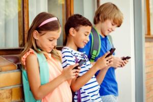Niños jugando con dispositivo móvil