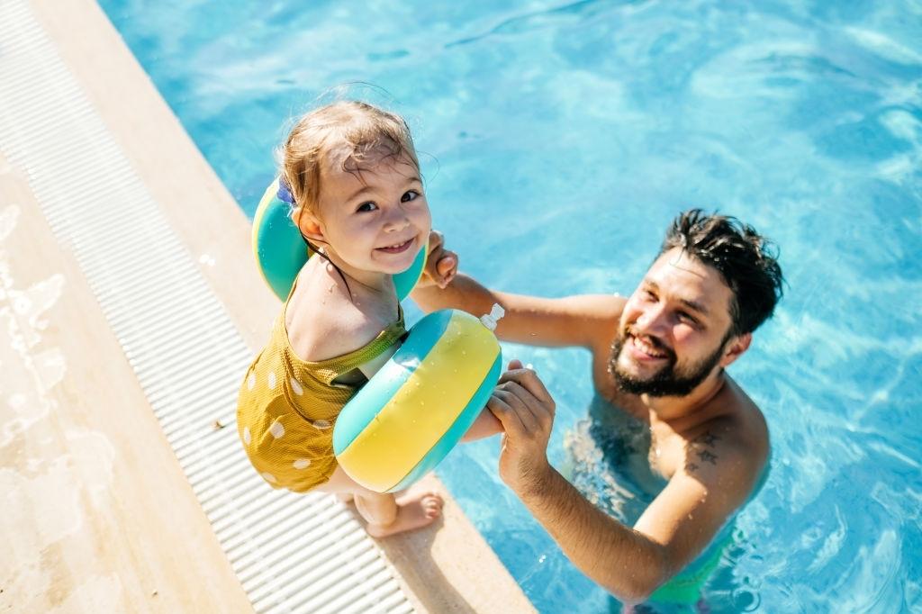 La importancia de la seguridad en un día de piscina con niños