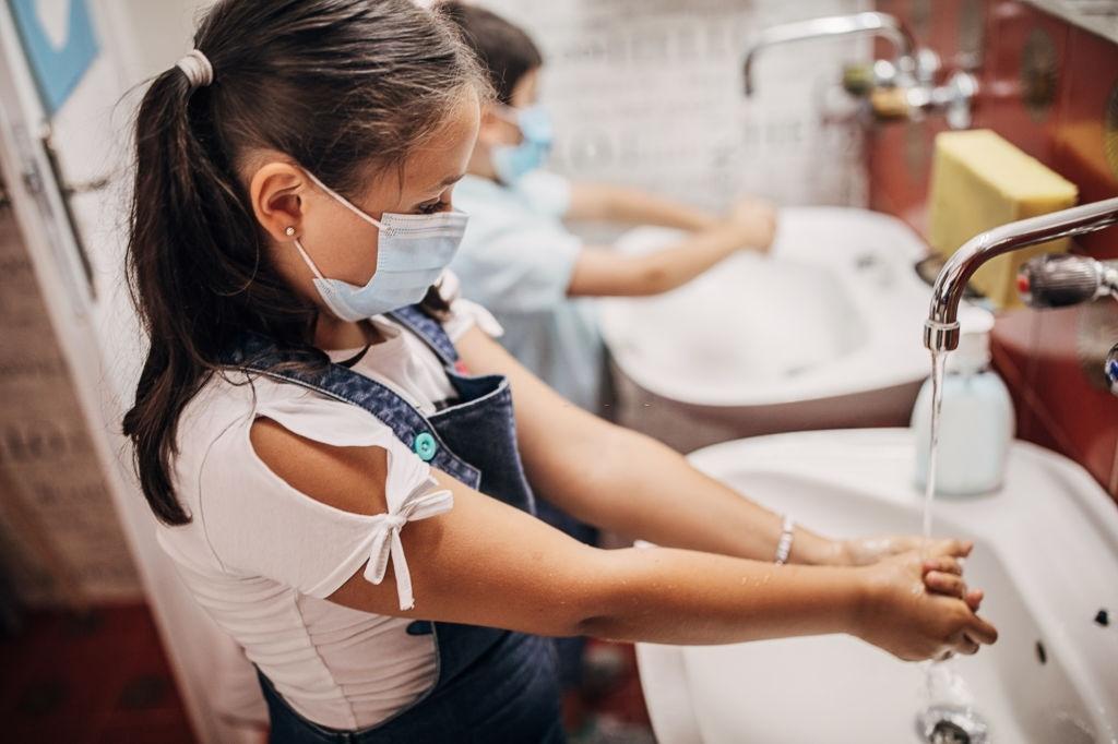 Peligros lavarse mucho las manos en el colegio